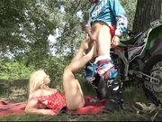 Мотоциклист на природе стянул с блондинки колготки и трахнул