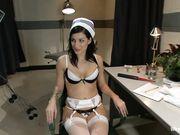 Белокурая медсестра развлекает брюнетку в кабинете электро сексом