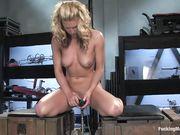 Блондинка сидит на деревянных ящиках и трахает свою киску секс машиной