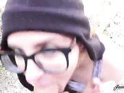 Молодая девушка на природе трахается с парнем на камеру
