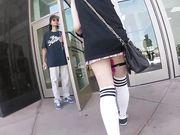 Студентки в коротких юбочках показывают киски в общественных местах