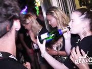 В ночном клубе свингеры устроили вечеринку с разными конкурсами