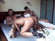 Брюнетка на порно кастинге удовлетворяет сразу три члена парней