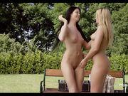 Три лесбиянки на природе ласкают друг друга языками и трахают пальцами