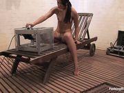 Брюнетка в комнате удовольствий долбит свою щель секс машиной