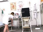 Сексуальная докторша в кабинете задрала ножки и приласкала киску