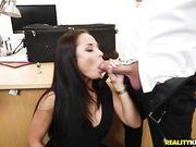Брюнетка в офисе удовлетворяет мужиков и познает двойное проникновение
