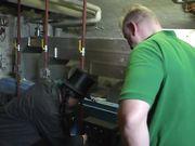 Брюнетка кочегар в чулках трахается на рабочем месте с мужиком