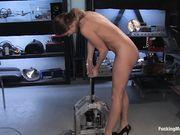 Девица стоя наслаждается проникновением искусственного члена