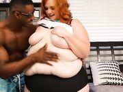 Очень толстая женщина с рыжими волосами подставляет огромный зад для негра