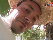 На природе под пальмой один мачо обрабатывает своим членом сразу трех красавиц