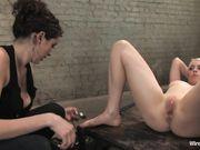 Любовница испытывает оргазм от электросекса и мастурбации вибратором