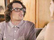 Ботан в очках доводит молодую девушку до оргазма страстным сексом в постели