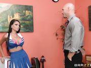 Брюнетка из группы поддержки занимается в офисе сексом с лысым мужиком