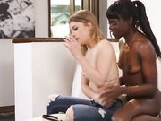 Негритянка лижет киску блондинки