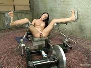 Телка раздвинула ноги на специальном кресле и наслаждается машиной для оргазма