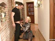 Две бизнес леди в одежде занимаются любовью в коридоре с мужчиной