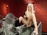 Сексуальная блондиночка балует писечку жестким трахом при помощи машины для оргазма