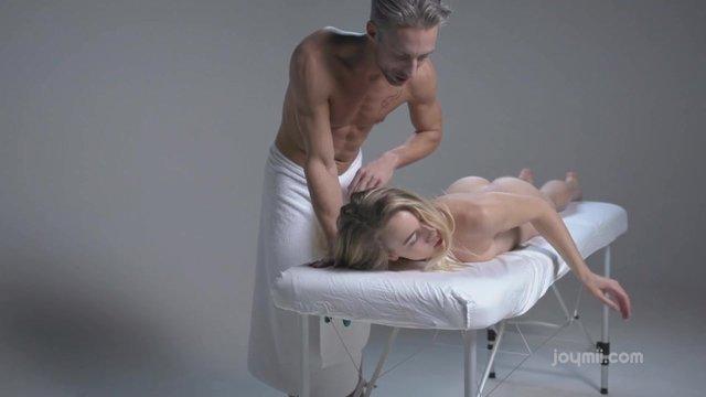 golie-muzhchini-na-massazhnom-stole-video-trahaet-patsana