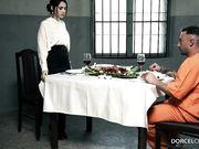 Брюнетка адвокат удовлетворяет заключенного в камере