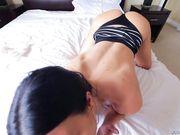 Брюнетка с силиконовыми сиськами устроила для мужика мастурбацию члена