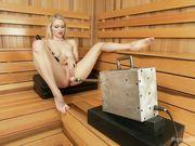 Развратная блондинка трахает себя в писечку при помощи хитроумного девайса