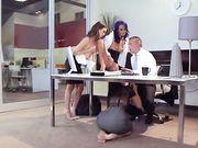 Босс и его секретарши устроили оргию в разгар рабочего дня