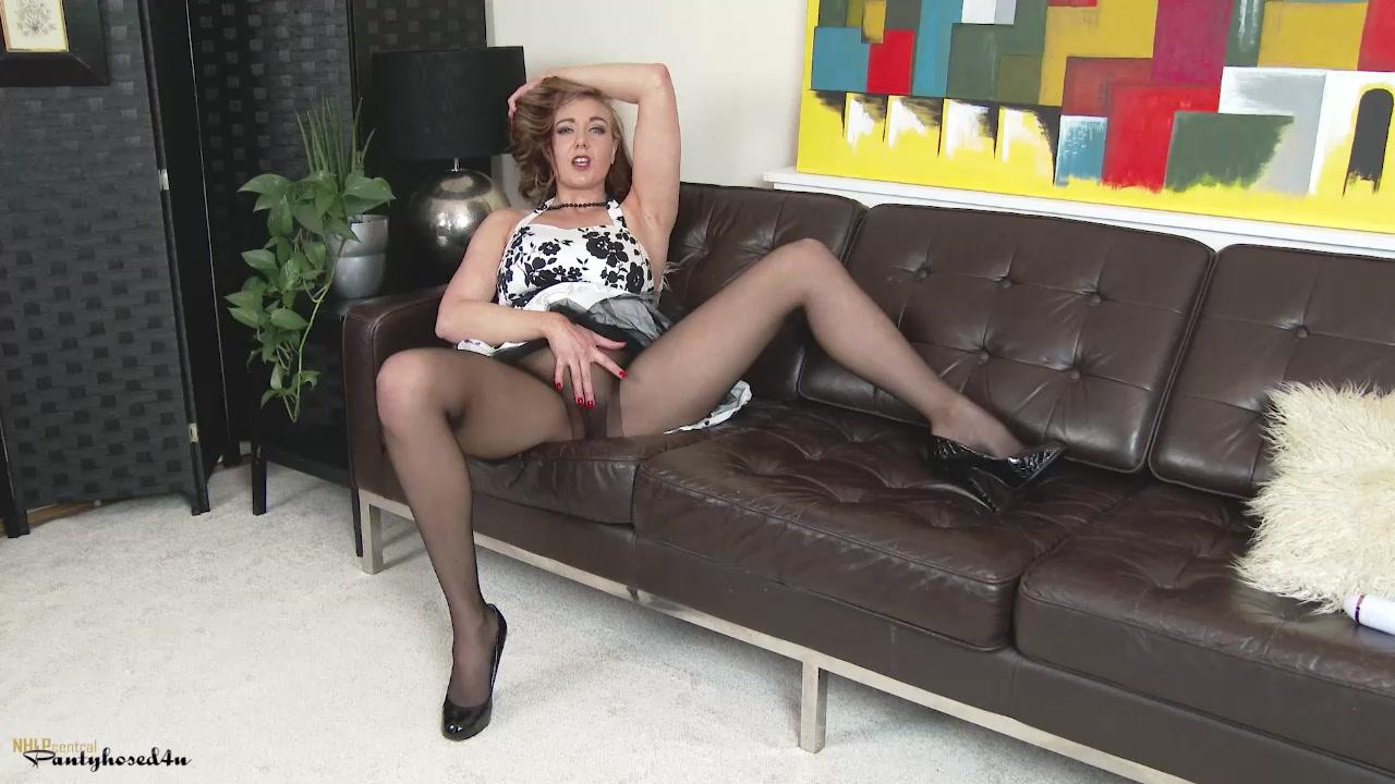 Девица Nikki Delano расположилась на полу и продолжила снимать штаны