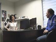 Бизнес леди в чулках занимается аналом в офисе с фотографом