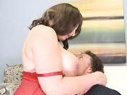 Любовник вылизал большие сиськи женщины и трахнул ее в мокрую пилотку