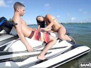 Телка сосет член на водном мотоцикле и трахается с парнем на природе