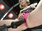 Мужчина с секс машиной в руках доводит блондинку до сквирта