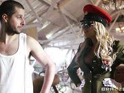 Солдат трахает сисястую блондинку в униформе после физ подготовки
