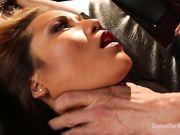 Азиатка с красивой фигурой кричит от жесткого секса с бородатым бизнесменом
