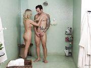 Белокурая массажистка Blake Morgan массирует татуированного мужика