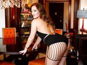 Сексуальная Dani Daniels в колготках эротично двигает большой попой