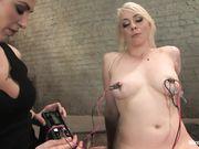 Блондинка с татуировкой на руке смогла кончить во время электро секса