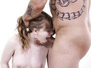 Лысый татуированный мужчина тщательно вылизал волосатую дырку девицы