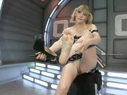 Блондинка стоит раком и надрачивает щель секс машиной до сквирта