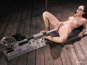 Брюнета с волосатой киской дрочит свою пилотку при помощи секс машины