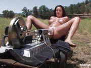 Загорелая доярка с пирсингом сосков испытывает машину для оргазма в поле