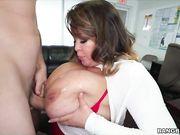 Зрелая секретарша показала начальнику большие сиськи
