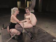 Лесбиянка дрочит связанной подруге большую попку