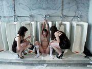 Студентки в коротких черных платьях устроили электросекс в туалете