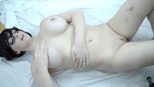 Пышка мастурбирует пальчиком анал