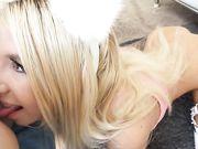 Миниатюрная блондинка в розовом сосет огромный пенис губами и прыгает на члене щелью