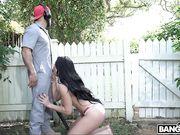 Грудастая брюнетка угощает работника сочным минетом и трахается у бассейна