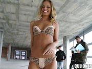 Парень трахает сексапильную блондинку на стройке и кончает на ее попку