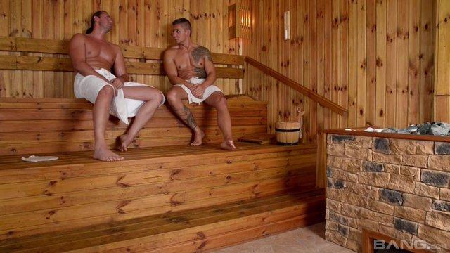 Секс видео с мускулистым парнем в бане #10