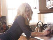 Сексуальная девушка пьет на кухне чай и дрочит свой сочный клитор